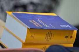 El fin de las ediciones más recientes es tener una gramática que responde a reglas de la gramática universal. (David Pérez/ Diálogo)