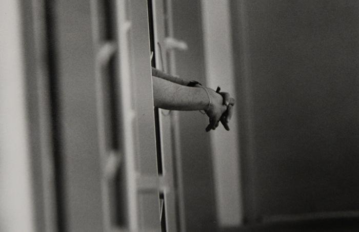Las manos de un confinado tras las rejas