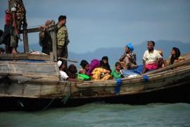 Refugiados rohingyas de Birmania procuran que guardias de la patrulla fronteriza de Bangladesh los dejen pasar, en 2012. Crédito: Anurup Titu/IPS