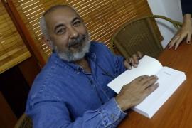 El escritor y periodista cubano Leonardo Padura, galardonado con el español Premio Princesa de Asturias de las Letras, durante una firma de libros en la Unión Nacional de Escritores y Artistas de Cuba, en La Habana. Crédito: Jorge Luis Baños/IPS