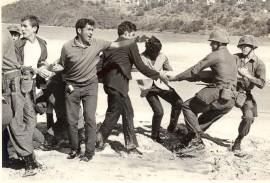 En la foto, el reverendo Luis Rivera Pagán  lucha para que no se lleven la cruz de la capilla levantada en la playa Flamenco. (Suministrada / Museo Histórico de Culebra)