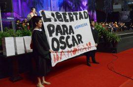 Estudiantes sostienen pancarta donde exigen libertad para Oscar  López Rivera.  (Ricardo Alcaraz)