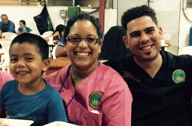 El doctor Víctor Emanuel Reyes Ortiz (extrema derecha) visitó la comunidad salvadoreña de San Vicente con el equipo interdisciplinario del RCM. (Suministrada)