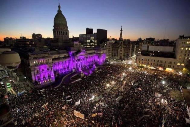Los manifestantes desbordaron la plaza ante el Congreso legislativo de Argentina, en Buenos Aires, para demandar que cesen las muertes machistas de mujeres en el país. Crédito: Cortesía de Ni Una Menos