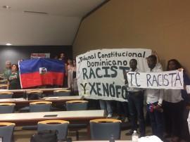 Mensajes de protesta contra la presencia de tres jueces del Tribunal Constitucional dominicano en el Salón de Actos de la Escuela de Derecho de la UPR. (Emmanuel A. Estrada López / Diálogo)