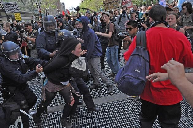 Policías de Estados Unidos arrestan a una manifestante en Oakland, California. Crédito: Judith Scherr/IPS