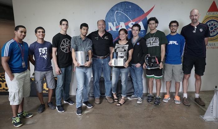 Participantes del RockSat X, junto al profesor Oscar Resto (al centro)