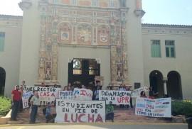 Estudiantes protesan frente a la torre de la UPR. (Suministrada)