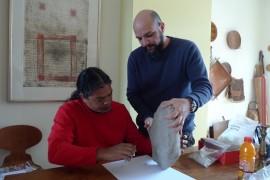 Los científicos Jaime Pagán Jiménez (sentado) y Reniel Rodríguez Ramos (de pie) examinan importantes restos arqueológicos. (Suministrada)