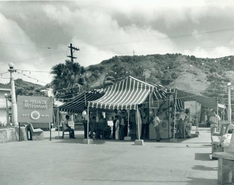 Imagen de la Primera Feria de Artesanías en la Plaza Pública de Barranquitas en julio de 1961. (Facebook)