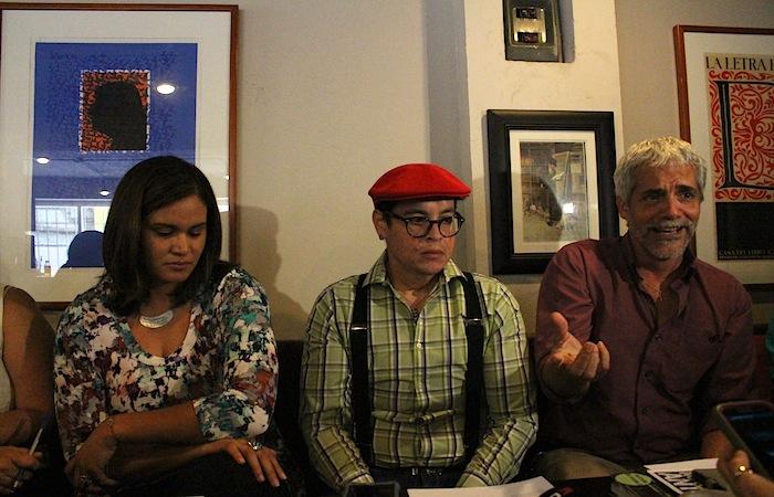 De izquierda a derecha, la licenciada Verónica Rivera Torres, el licenciado Alvin Cuoto de Jesús y el escritor Rafael Acevedo. (Ronald Ávila Claudio/Diálogo)