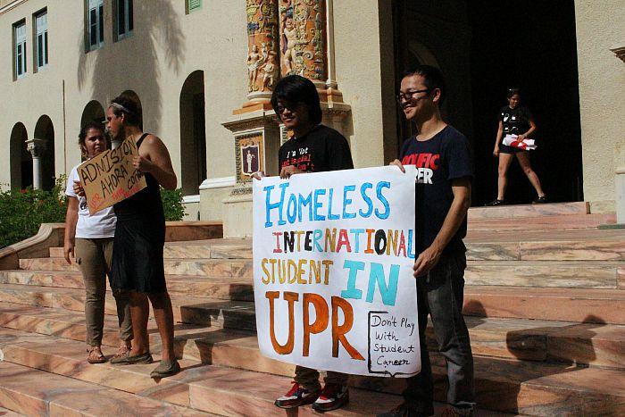 Estudiantes de internacionales protestando frente a la Torre. (Ronal Ávila/Diálogo)