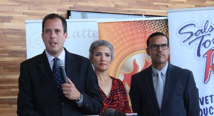 De izquierda a derecha, el presidente de la ASPPRO, Rafael Lenín López, la vicepresidenta, Sara del Valle  y el periodista, Luis Guardiola en la conferencia de prensa. (Glorimar Velázquez/Diálogo)