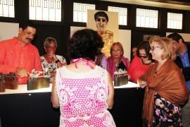 El presidente de la UPR, Uroyoán Walker Ramos y su equipo de trabajo disfrutaron de la exposición que está compuesta por 60 obras creadas de desperdicios recogidos por el propio artista en la playa Cascajo en la Perla del Viejo San Juan. (Suministrada)