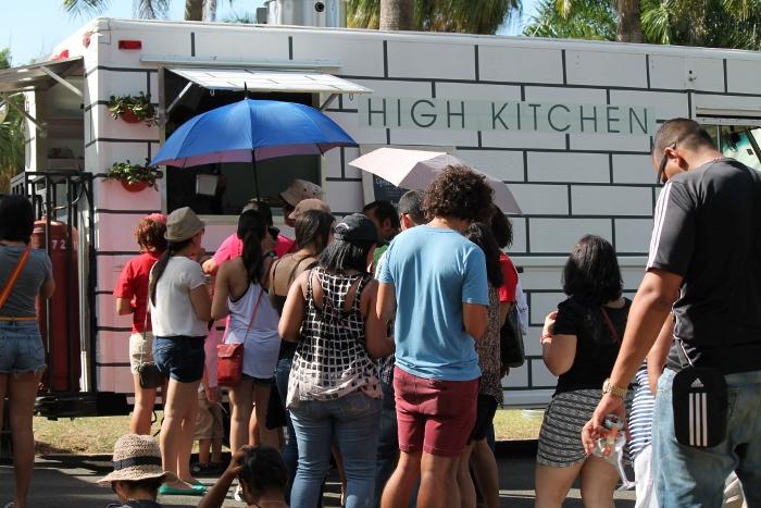 """El """"food truck"""" High Kitchen en el First Food Truck Summer Fest de la UPR. (Michelle Estades / Diálogo)"""