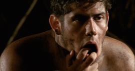 """Andro-No-Sapiens gira en torno al estudio """"antropológico"""" que lleva a cabo un camarero, interpretado por Antonio Hernández, frente a un grupo de hombres que se deleitan con un juego de fútbol.(Suministrada)"""