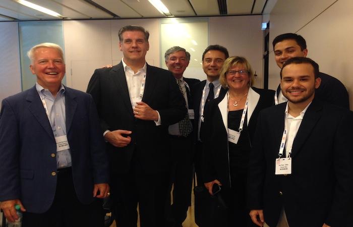 De izquierda a derecha, los doctores Michael Brennan, Natalio Izquierdo, Dan Briceland, Nikolaos Bechrakis, Pedro Dávila, el estudiante Jan Paul Ulloa y la señora Gail Schmidtel. (Suministrada)