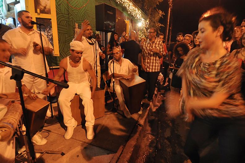Parte del folclor nocturno en Santurce. (Ricardo Alcaraz / Diálogo)