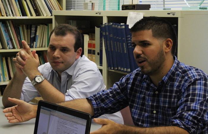 De izquierda a derecha, Christian Arvelo y Harold Soto Fortuño, representantes estudiantiles ante la Junta de Gobierno de la UPR para el año académico 2015-2016. (Michelle Estades / Diálogo)