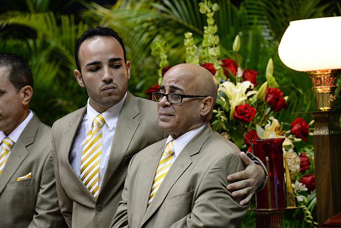 Víctor Ramírez abraza a su compañero Carlitos Ramírez, quien llora frente al féretro de su amigo de tantos años. (Ricardo Alcaraz / Diálogo)