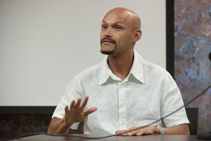 Miguel Zenón en conversatorio en lal UPR. (Ricardo Alcaraz / Diálogo)