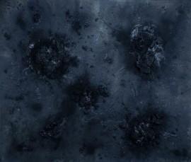 """""""Dark Matter, As Above, So Below"""", se compone de una serie de pinturas de gran formato y esculturas de meteoros construidas con materiales orgánicos y reciclados."""