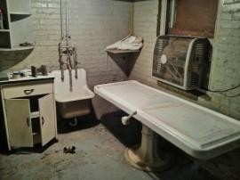 El cuarto de embalsamamiento de la década de los 80s.