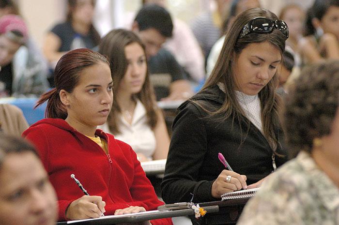 Estudiantes en simposio (Ricardo Alcaraz)