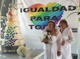 Tras varios años de lucha, 73 parejas del mismo sexo contraen hoy matrimonio en una boda masiva celebrada en el Paseo de la Princesa en Viejo San Juan. En la foto, Sandra Rivera y Vicky Vázquez, residentes de Dorado. (David Cordero Mercado / Diálogo)