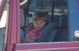 En el caso de que usted vea a un niño solo en un automóvil que no está siendo vigilado, se insta a que llame al 911. (Suministrada)