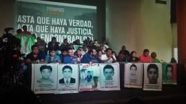 Padres y familiares de los 43 estudiantes desaparecidos en Ayotzinapa, durante el encuentro con la prensa en Ciudad de México, el 6 de septiembre, poco después de que los cinco integrantes del Grupo Interdisciplinario de Expertos Independientes dieran a conocer sus primeras conclusiones sobre los graves fallos en la investigación del caso. Crédito: Daniela Pastrana/IPS