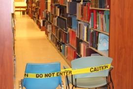 Además del asbesto, un tramo de anaqueles en la biblioteca está cerrado ya que los libros están forrados de hongo. (Glorimar Velázquez / Diálogo)