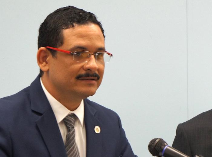 El presidente de la UPR, Uroyoán Walker Ramos, desmintió los recortes hoy, en conferencia de prensa. (David Cordero Mercado / Diálogo)