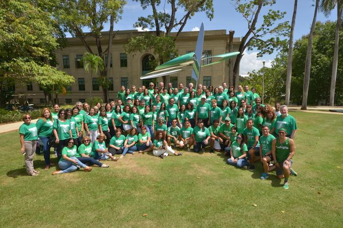 El rector del RUM, el doctor John Fernández Van Cleve, junto a estudiantes, profesores y empleados en una foto de grupo, durante el día de la Sangre Verde. (Prensa RUM)