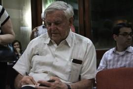 Fernando Picó firmó libros luego de la concurrida presentación. (Cristian Arroyo / Diálogo)
