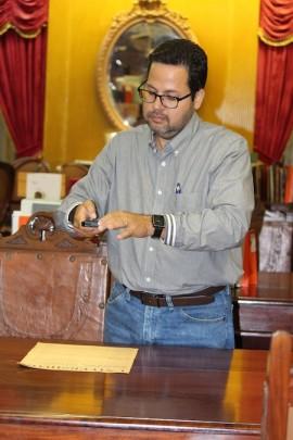 Javier Almeyda se encarga de digitalizar muchos documentos valiosos del País. Entre ellos el periódico UNIVERSIDAD, que fue la publicación oficial de la UPR desde el año 1948 hasta el año 1960. (Michelle Estades / Diálogo UPR)