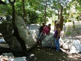 Vecinas de la comunidad de Balgüe, en el municipio de Altagracia, mientras colaboran en la recolección y clasificación de desechos donados a la Asociación de Mujeres Recicladoras de Altagracia, en la isla de Ometepe, en Nicaragua. (Karin Paladino/IPS)
