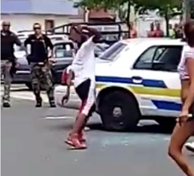 Fotos del vídeo que muestra la vandalización de una patrulla.