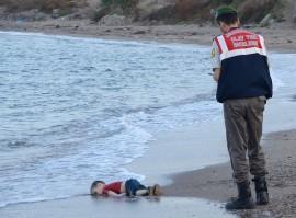 Esta foto se ha vuelto viral en las redes sociales bajo el hashtag #KiyiyaVuranInsanlik (o la humanidad que naufraga). (Stringer / Reuters)