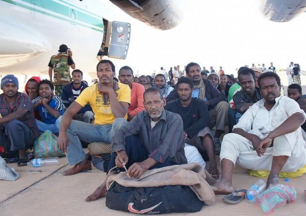 Estos migrantes de Kufra, Libia, esperan subirse a un avión de carga. Crédito: Rebecca Murray/IPS