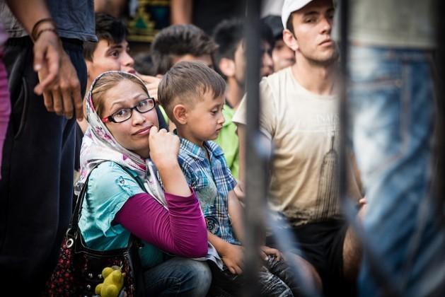 Inmigrantes esperan ser registrados en la isla de Kos, a pocos kilómetros de la costa turca. Ahora, desde que se instaló un centro de registro en un barco atracado en la isla, el proceso es más fácil para los sirios. Para otros, como esta mujer y su hijo, la espera continúa. Más de 160.000 inmigrantes llegaron a Grecia en lo que va de 2015, casi cuatro veces más que en 2014. Crédito: Foto: Stephen Ryan / FICR