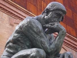 """""""Un estudiante preguntó cuál debe ser la misión de un escritor. […] Ahora se me ocurre que puedo variar su pregunta: ¿cómo debe ser la inmersión de un escritor en sus deberes?"""". Arriba, la escultura El pensador, del francés Auguste Rodin. (Suministrada)"""