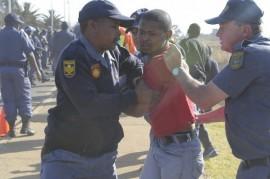 La acción policial frente a las protestas populares es cada vez más cuestionada en Sudáfrica. Crédito: Thapelo Lekgowa/IPS