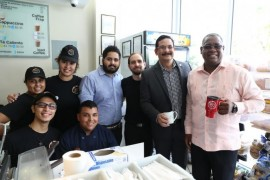 Estudiantes y empleados de IUPICoop Café junto a (extrema derecha) presidente de la UPR, el doctor Uroyoán Walker Ramos y el rector del Recinto de Río Piedras, doctor Carlos E. Severino Valdez. (Suministrada)
