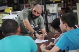 Javier Córdova, estudiante de trabajo social de la UPRRP lidera la iniciativa Pro-Educa en la escuela intermedia José Celso Barbosa. (Diálogo/Ricardo Alcaraz)
