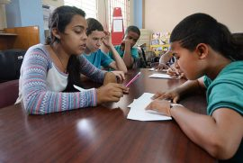 Estudiantes de la escuela José Celso Barbosa reciben un taller por parte del proyecto CAUCE y el rapero Vladimir Pérez. (Ricardo Alcaraz/Diálogo)