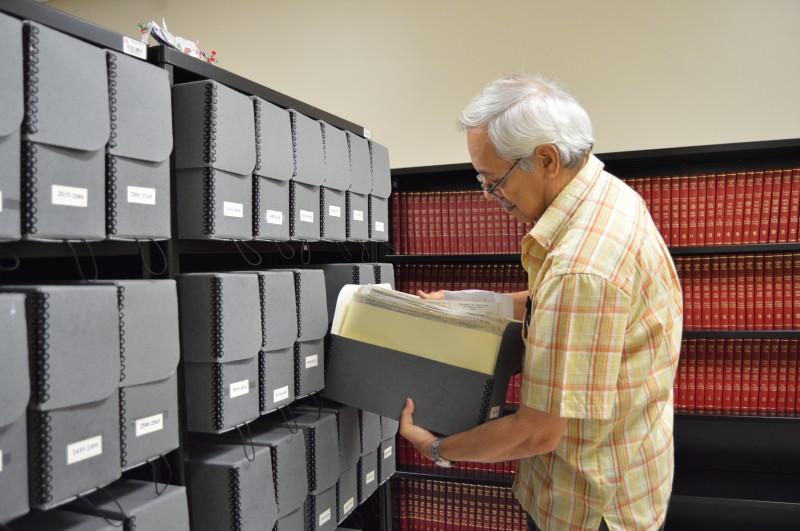Juan C. Aponte, registrador del Recinto de Río Piedras, en la bóveda de expedientes. (Deborah A. Rodríguez / Diálogo UPR)