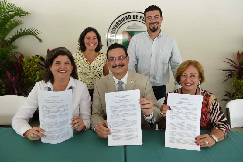 Acuerdo de colaboración entre la UPR Recinto de Utuado y la Oficina del Bosque Modelo firmado.  (Suministrada)