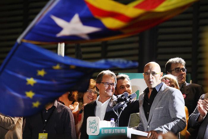 De izquierda a derecha, Artur Mas y Raül Romeva, líderes del Junts pel Sí, coalición electoral formada por Convergència Democràtica de Catalunya (CDC), Esquerra Republicana de Catalunya (ERC), Demòcrates de Catalunya y Moviment d'Esquerres, cuyo objetivo es la declaración de la independencia de Cataluña. (Luis De Jesús / Especial para Diálogo)