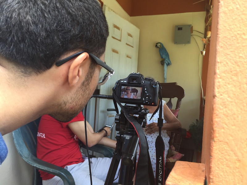 Ronald Ávila, periodista de Diálogo grabando un documental en Culebra. (Adriana De Jesús Salamán/ Diálogo)
